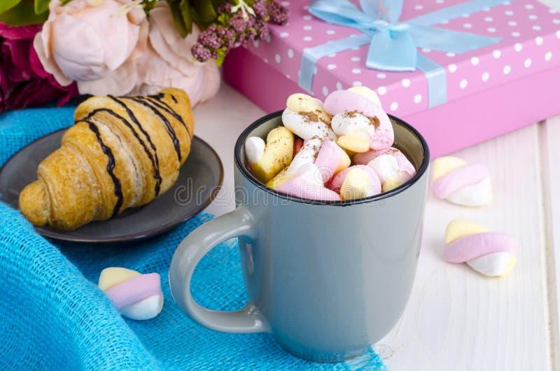 Petit déjeuner romantique avec les guimauves et le croissant photo libre de droits