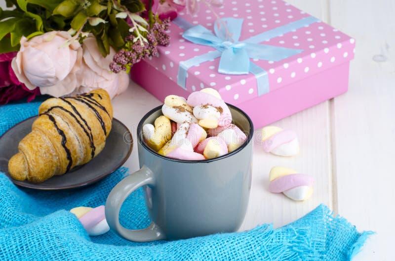 Petit déjeuner romantique avec les guimauves et le croissant photographie stock