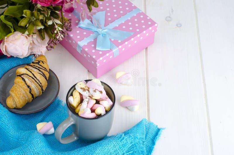 Petit déjeuner romantique avec les guimauves et le croissant image libre de droits