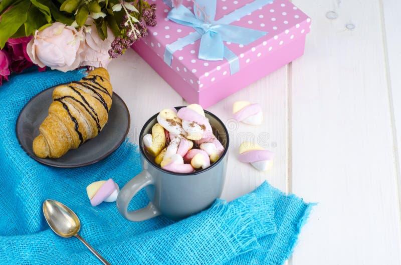 Petit déjeuner romantique avec les guimauves et le croissant images libres de droits
