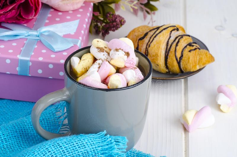 Petit déjeuner romantique avec les guimauves et le croissant photo stock