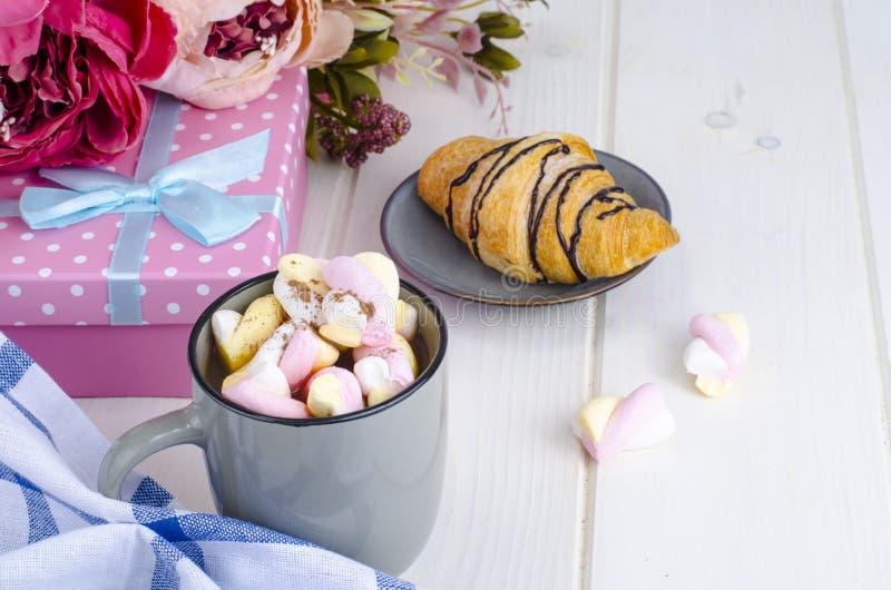 Petit déjeuner romantique avec les guimauves et le croissant images stock