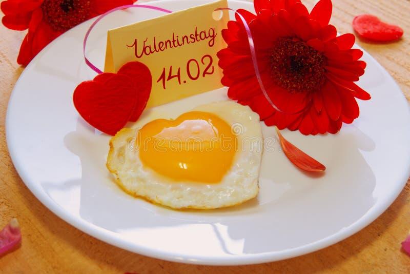 Petit déjeuner romantique la Saint-Valentin photos stock