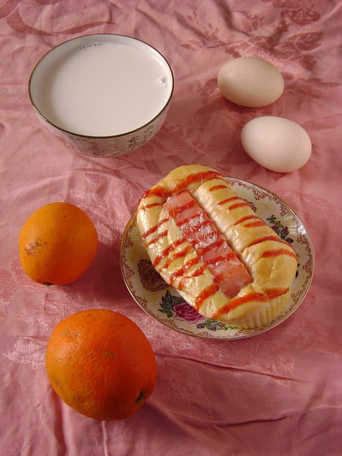 Petit déjeuner sain avec du pain, le lait, l'oeuf et l'orange de hot dog photographie stock