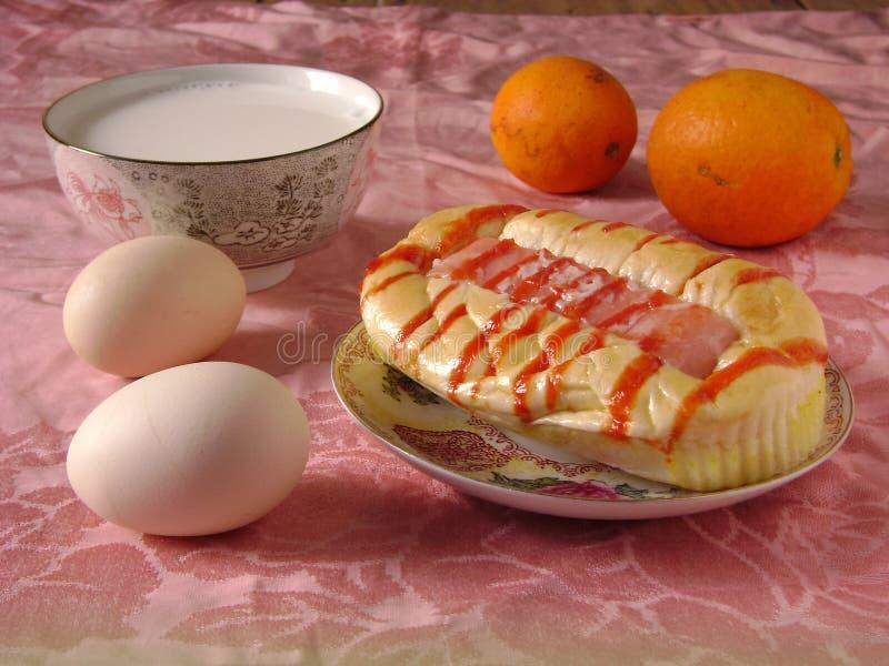 Petit déjeuner sain avec du pain, le lait, l'oeuf et l'orange de hot dog images libres de droits