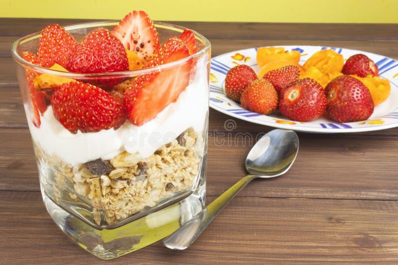 Petit déjeuner sain avec le fruit Yaourt fait maison, farine d'avoine avec des fraises, abricots et chocolat photographie stock libre de droits