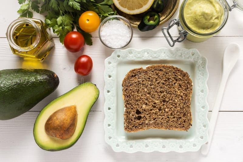 Petit déjeuner sain avec le guacamole frais de diffusion d'avocat image libre de droits