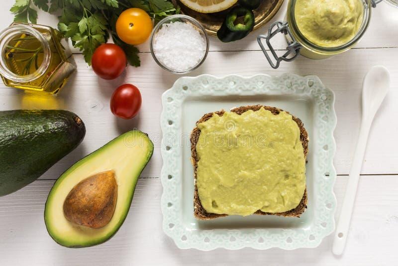 Petit déjeuner sain avec le guacamole frais de diffusion d'avocat images libres de droits