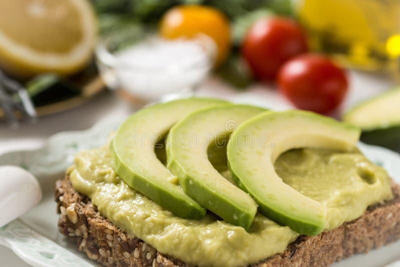 Petit déjeuner sain avec le guacamole frais de diffusion d'avocat photo libre de droits