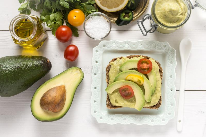 Petit déjeuner sain avec le guacamole frais de diffusion d'avocat photos libres de droits