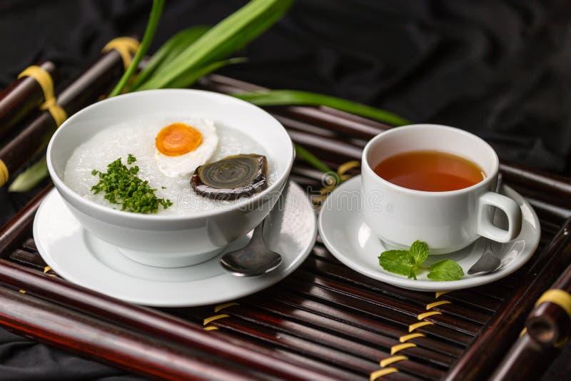 Petit déjeuner sain avec le thé en bon état image stock