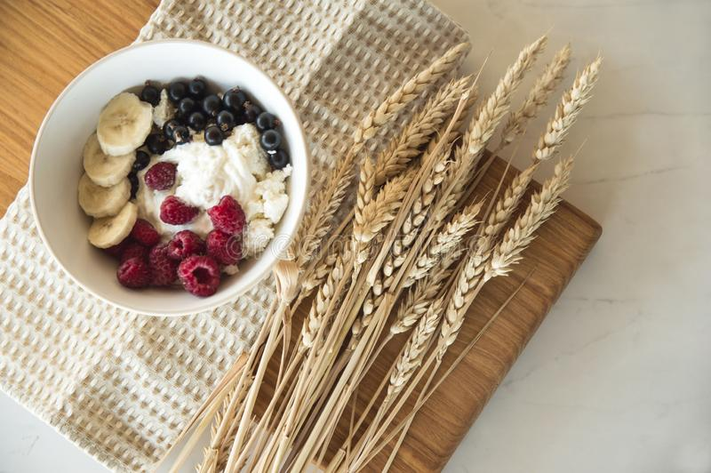 Petit déjeuner sain délicieux du fromage blanc avec des baies Un plat blanc avec des supports de fromage blanc et de baies sur un photos stock