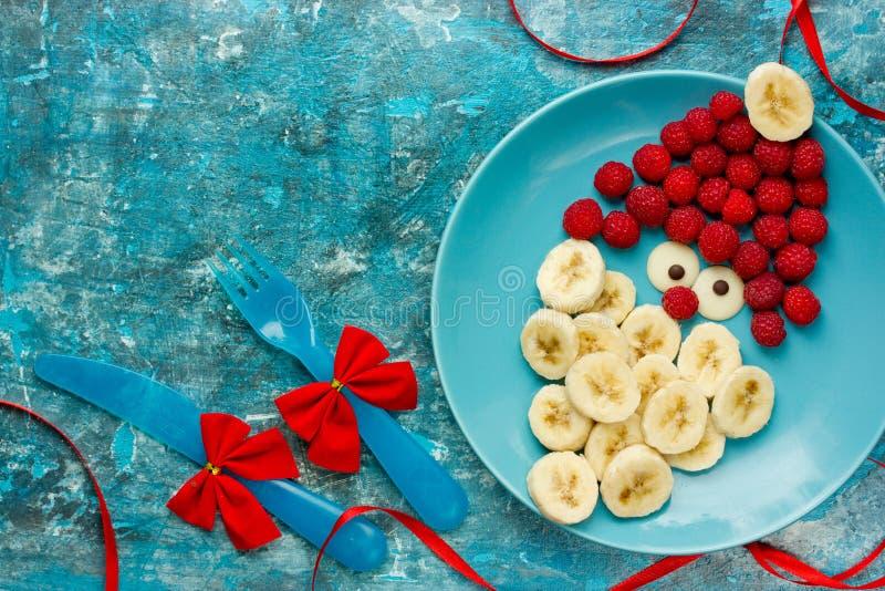 Petit déjeuner sain de casse-croûte de dessert de Noël pour des enfants - framboise b photos stock