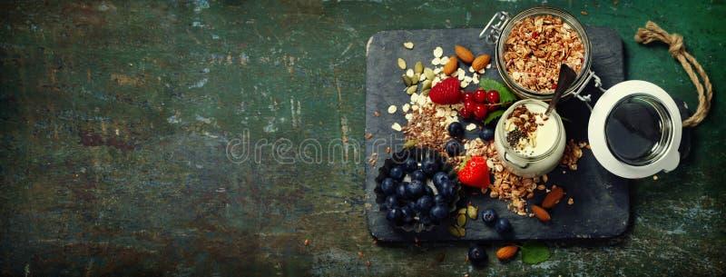 Petit déjeuner sain de muesli, baies avec du yaourt et graines photo libre de droits