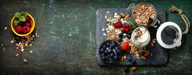Petit déjeuner sain de muesli, baies avec du yaourt et graines photo stock