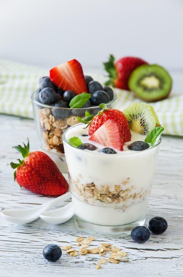 Petit déjeuner sain frais avec le muesli et les baies, vitamines, woode photo stock