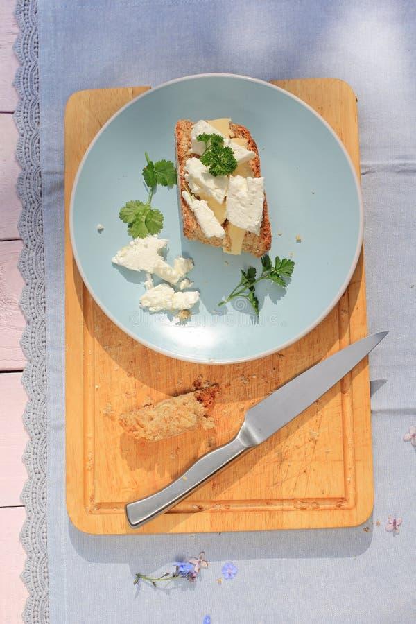 Petit déjeuner sain frais, une tranche de pain de soude avec le fromage de beurre et blanc photo stock