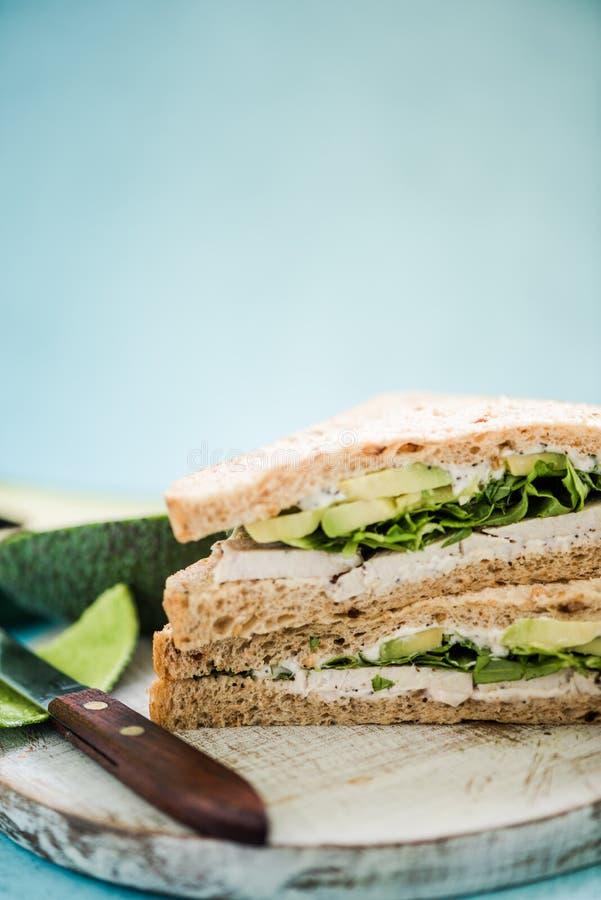 Petit déjeuner sain, sandwich au poulet à avocat image libre de droits
