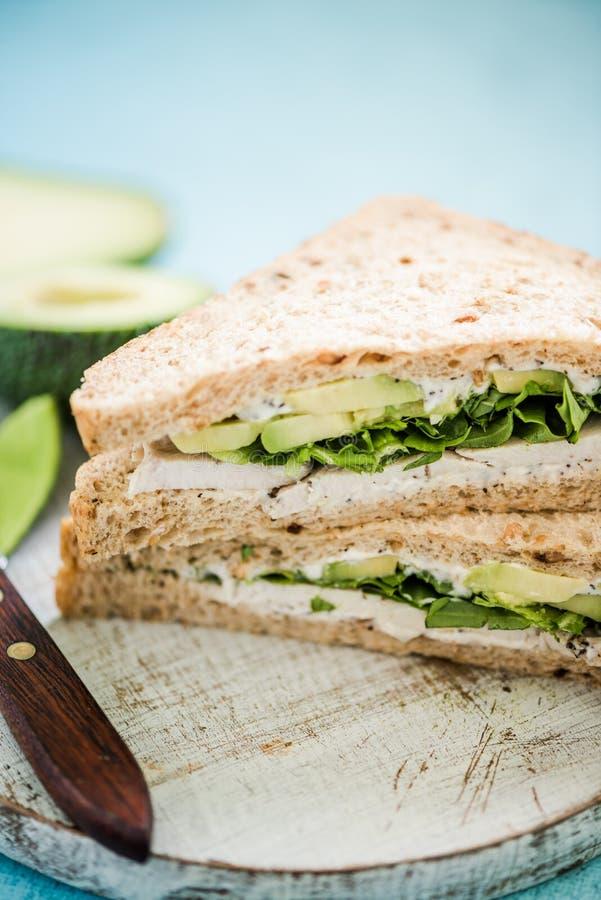 Petit déjeuner sain, sandwich au poulet à avocat photo stock