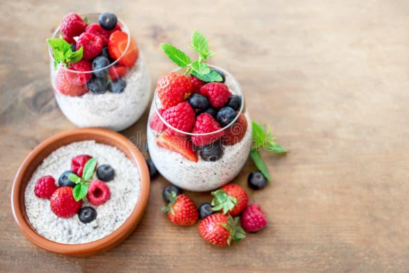 Petit déjeuner sain sur la table de cuisine avec des graines de Chia Yaourt W photographie stock libre de droits