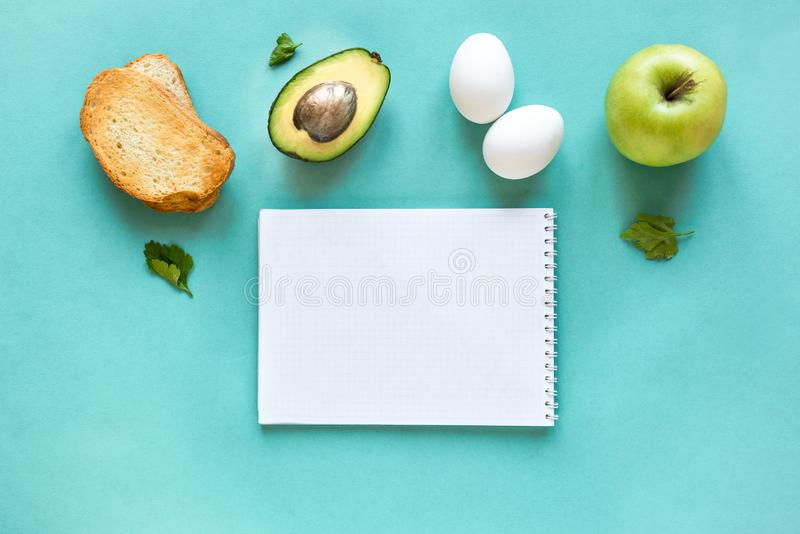 Petit déjeuner sain sur le bleu images stock