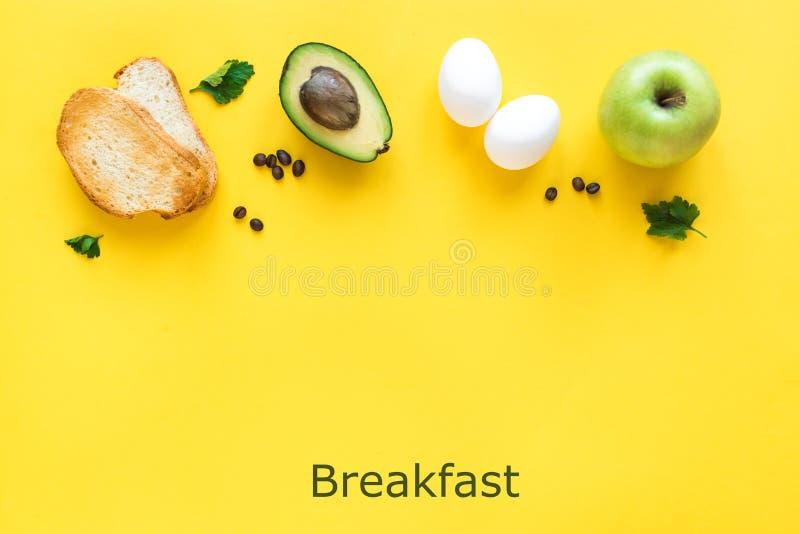 Petit déjeuner sain sur le jaune photos libres de droits