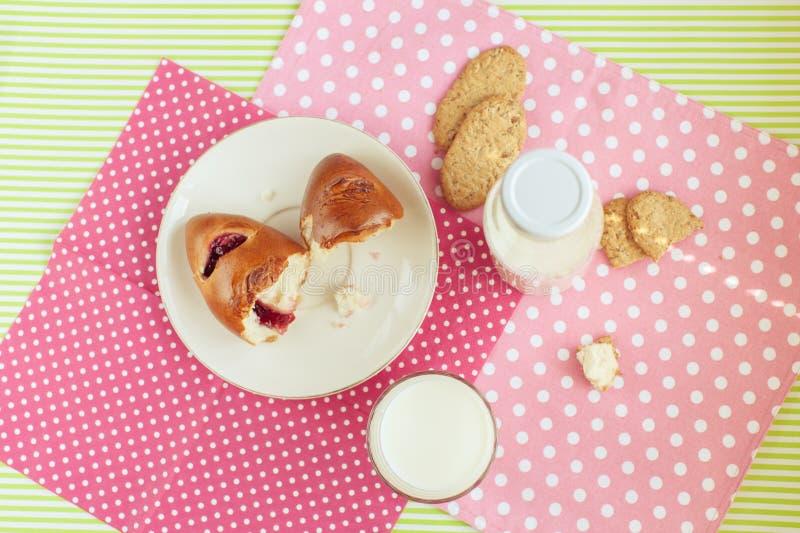 Petit déjeuner savoureux : lait et biscuits image libre de droits