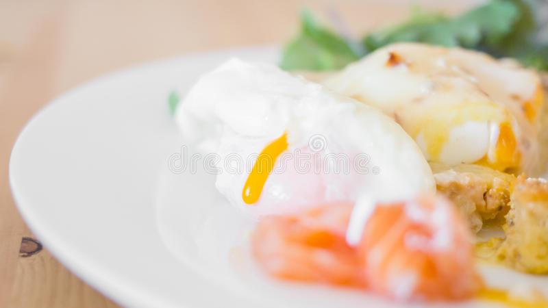 Petit déjeuner savoureux - oeufs pochés photos stock
