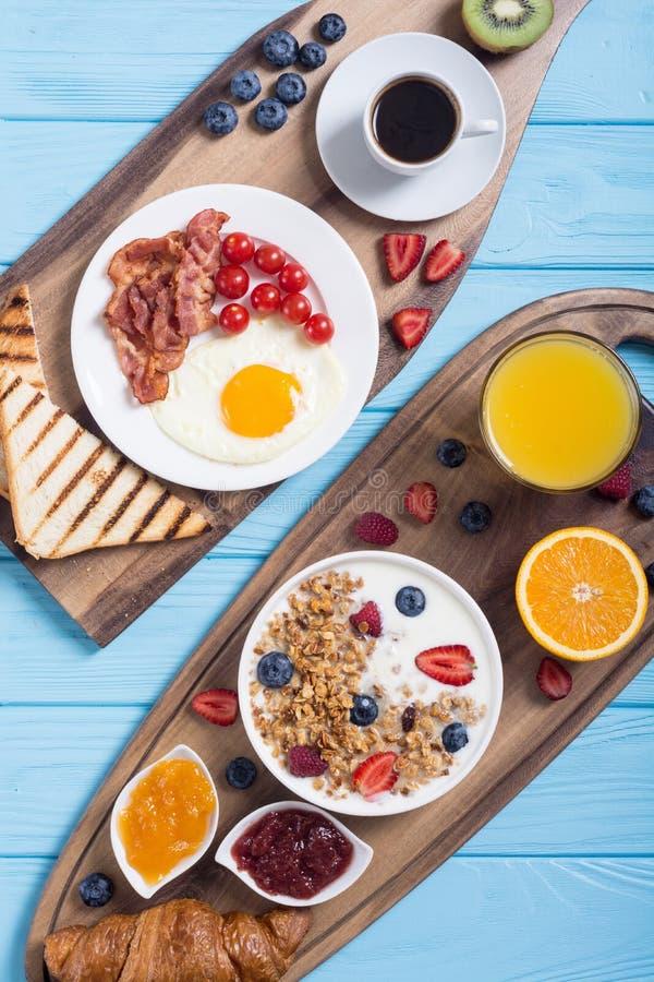 Petit déjeuner sur la table rustique image libre de droits