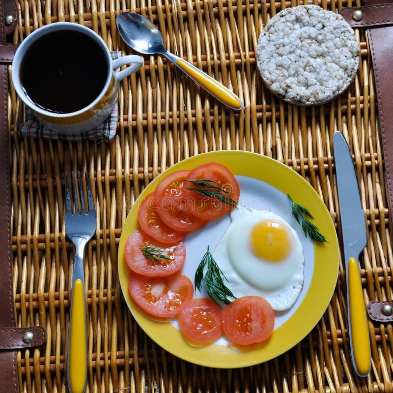 Petit déjeuner sur un panier en osier images libres de droits