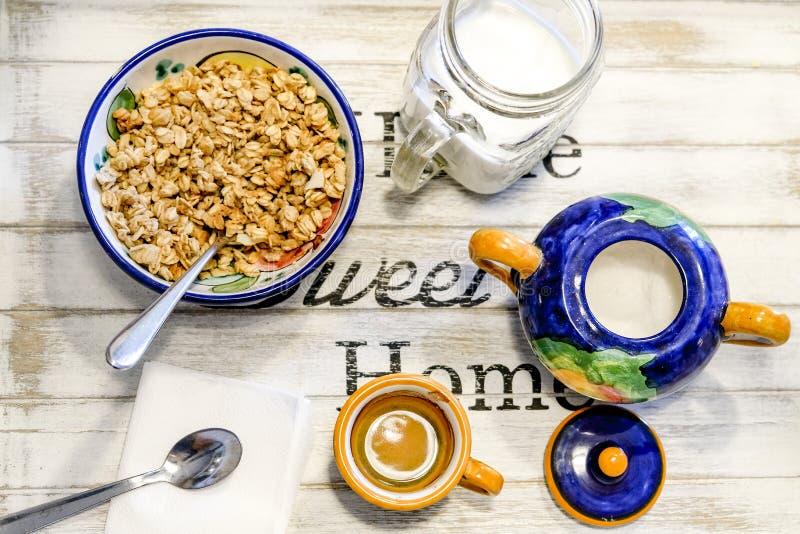 Petit déjeuner sur une table en bois avec du lait mis en bouteille et une tasse de café et de muesli photo stock
