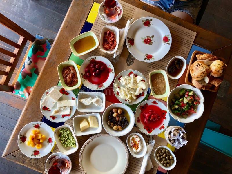 Petit déjeuner turc fait maison traditionnel avec le thé photographie stock