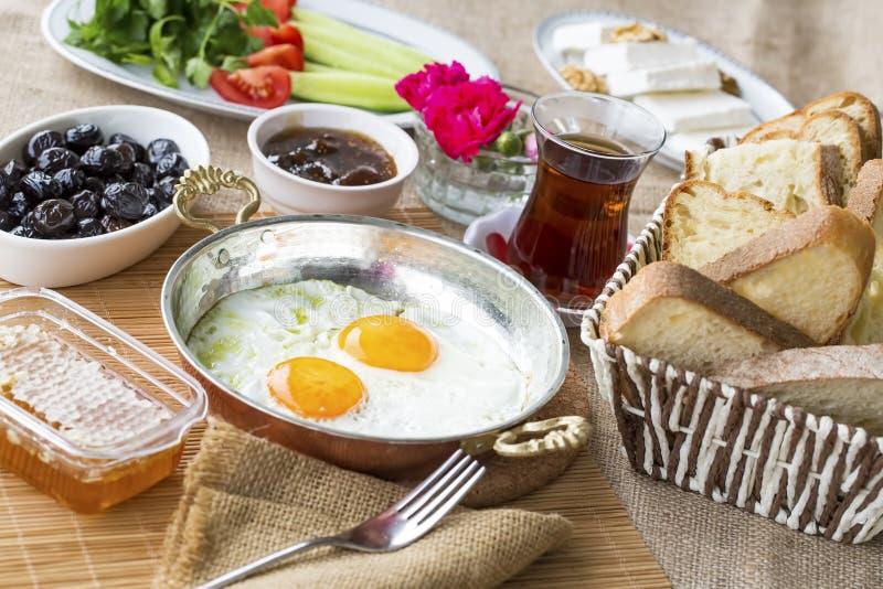 Petit déjeuner turc riche et délicieux traditionnel photos stock