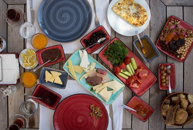 Petit déjeuner turc riche préparé dans le jardin photos stock