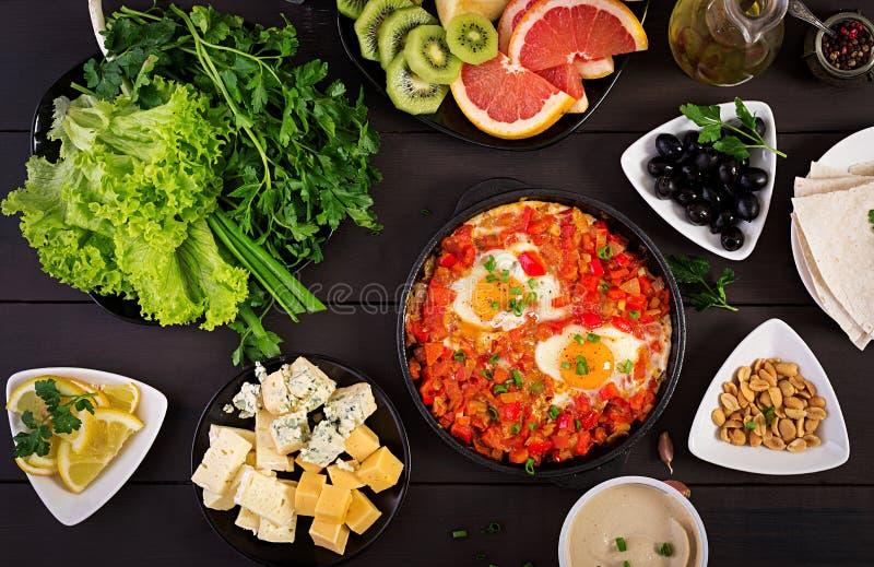 Petit d?jeuner turc - shakshuka, olives, fromage et fruit Brunch riche image stock