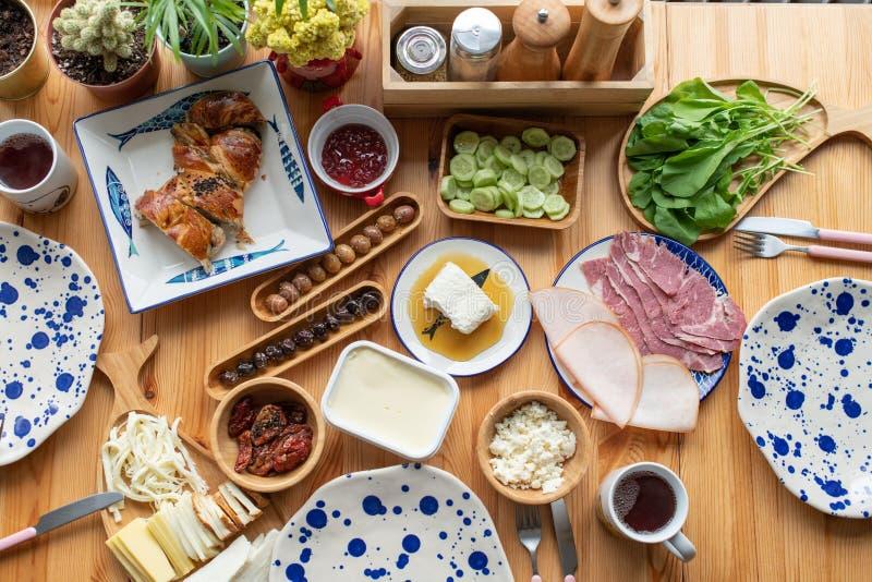 Petit déjeuner turc traditionnel, oeufs avec le sucuk, kaymak de BAL, oli images libres de droits