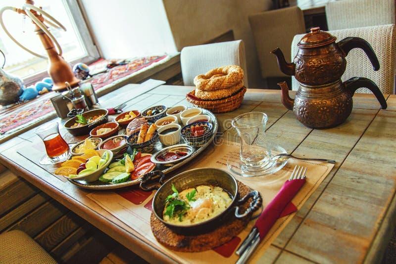 Petit déjeuner turc traditionnel riche et délicieux photographie stock libre de droits