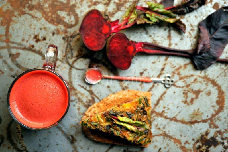 Petit déjeuner végétarien avec du jus de betterave et le frittata de veggie images libres de droits