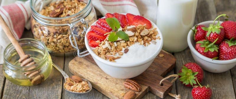 Petit déjeuner - yaourt avec la granola et les straberries image libre de droits
