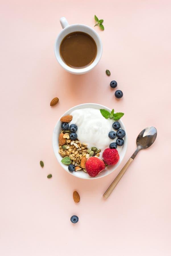 Petit d?jeuner sain avec du yaourt et la granola images stock