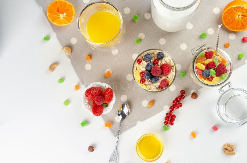 Petit d?jeuner sain avec le muesli, lait, yaourt, fruit image stock