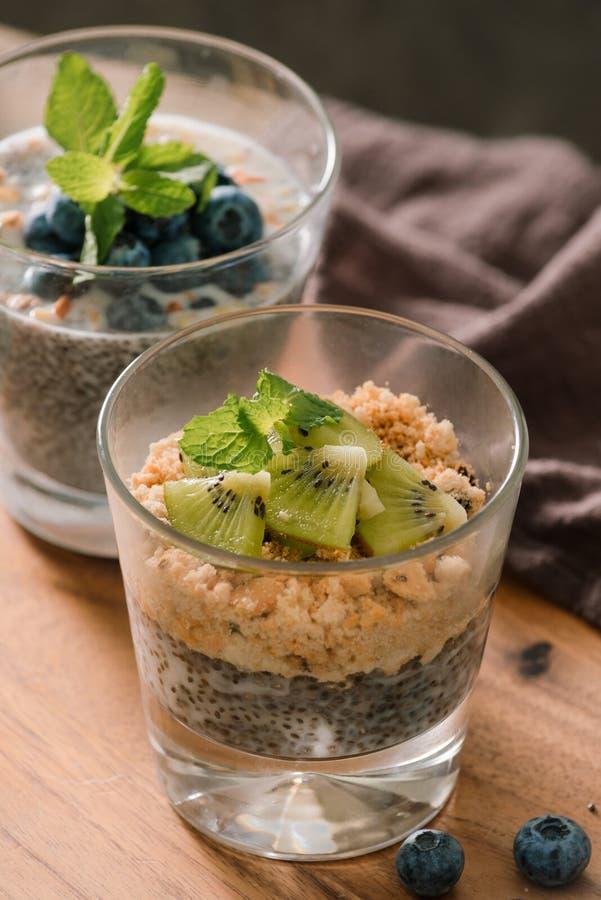 Petit d?jeuner sain - bol de muesli, de baies et de fruit, ?crous, kiwi, lait image libre de droits