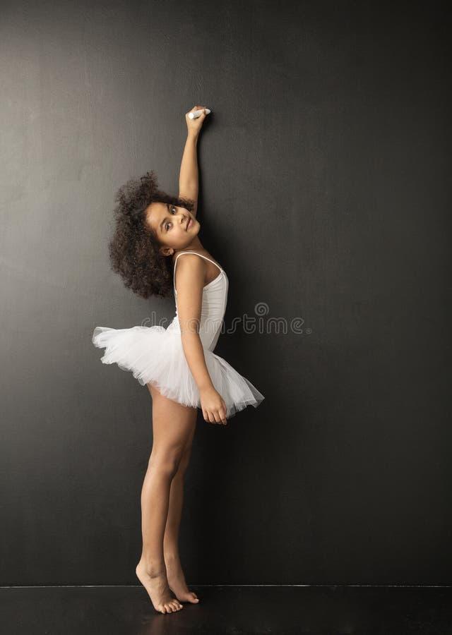 Petit dessin mignon de danseur classique avec la craie photo libre de droits