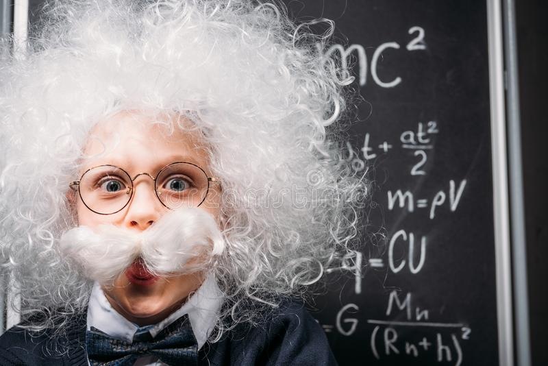 petit Einstein dans des lunettes avec la théorie de relativité image stock