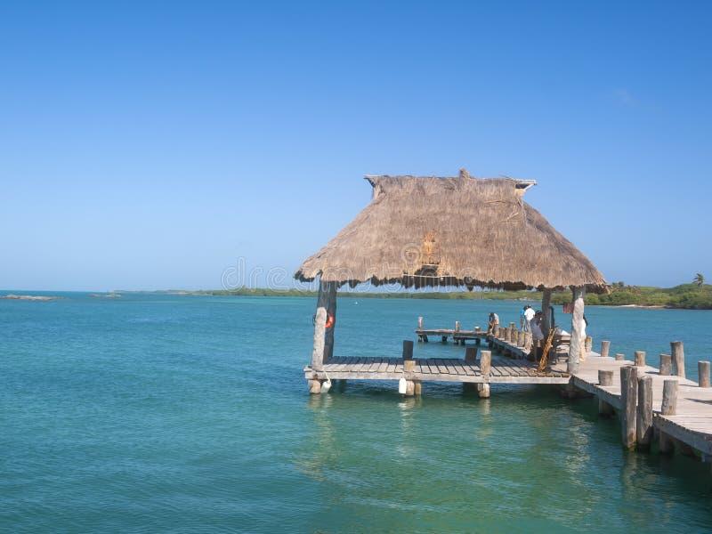 Petit endroit de pilier ou d'accouplement pour que les bateaux de pêche attachent dans les Caraïbe image stock