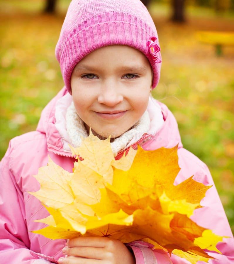 Petit enfant à l'automne photo stock