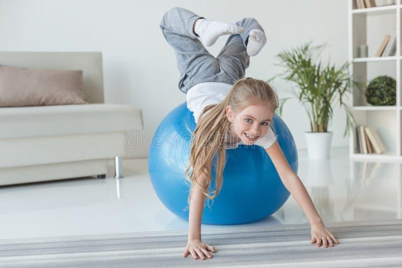 petit enfant adorable jouant avec la boule d'ajustement photographie stock libre de droits