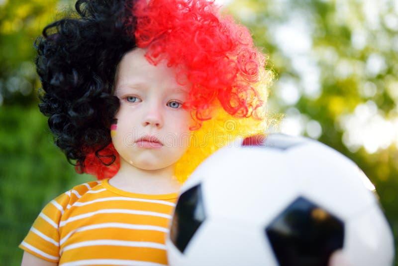 Petit enfant allemand triste pleurant au-dessus de la perte de son équipe de football nationale photo libre de droits