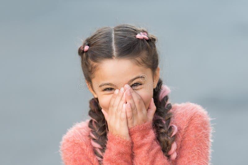 Petit enfant avec de longs cheveux Enfance heureux Câlins d'automne En passant beau Petite fille heureuse dans le chandail d'auto image stock