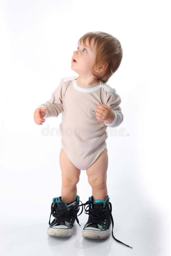 Petit enfant avec des chaussures en caoutchouc images stock
